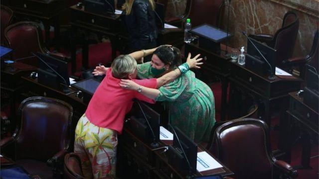 Dos senadoras se abrazan tras la aprobación del proyecto de ley que permite el aborto en Argentina