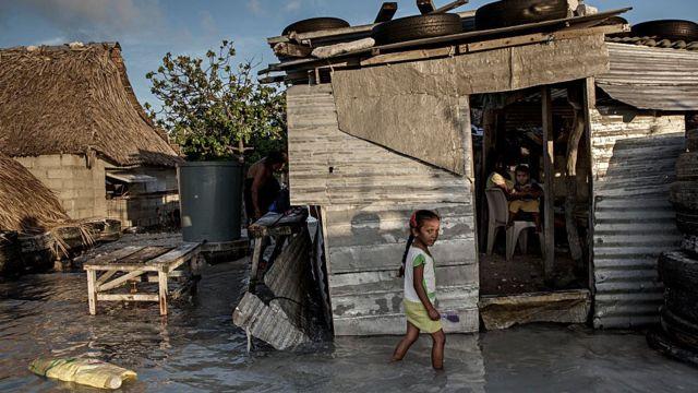 Una vivienda en Kiribati parcialmente bajo el agua.