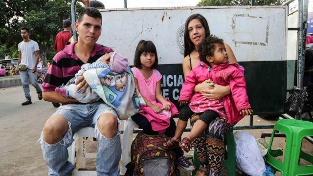 Лаура Кастельянос с мужем и детьми