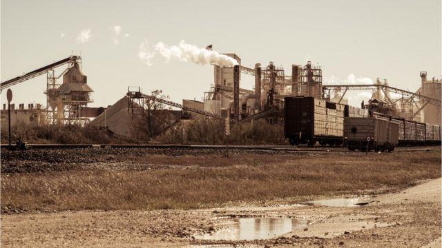 Fábrica minera de la revolución industrial en las vías del tren - fotografía de stock