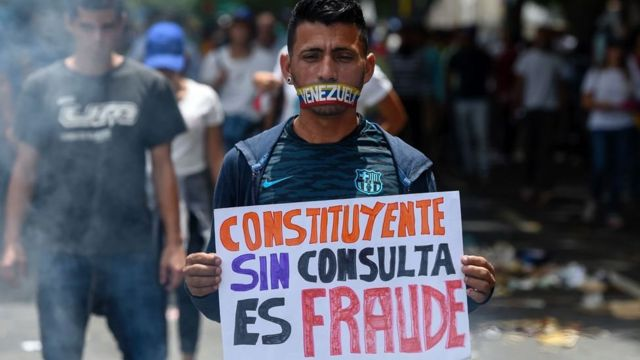 Hombre con cartel anti Constituyente