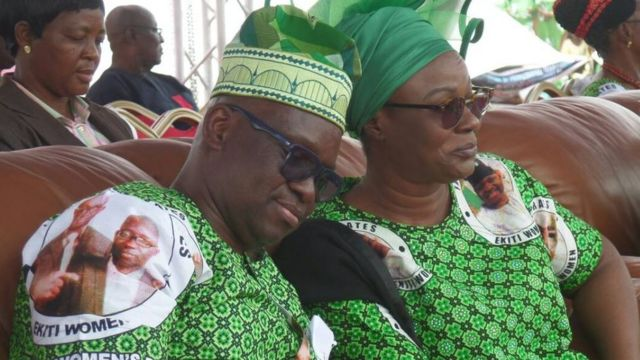 Gomina Fayose gbe ori le iyawo rẹ lejika