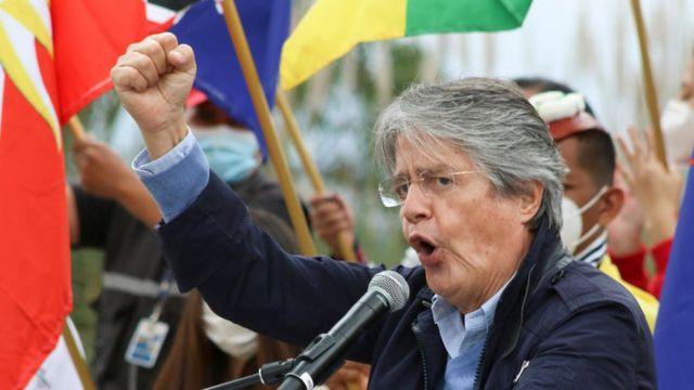 Guillermo Lasso discursa durante ato de campanha eleitoral