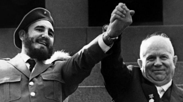 सोवियत नेता निकिता ख्रुश्चेव और फ़िदेल कास्त्रो