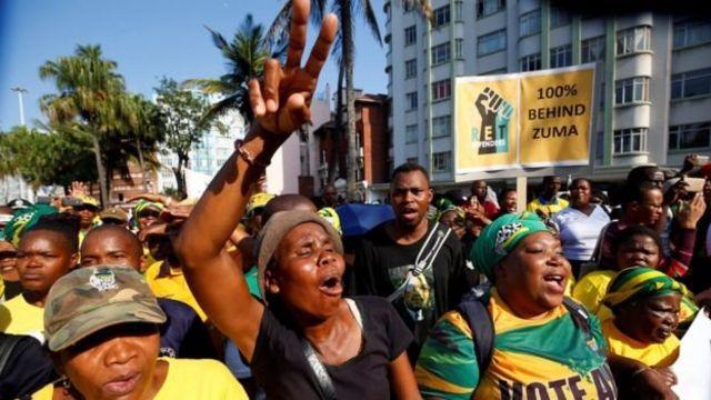 Des partisans de Zuma devant el tribunal à Durban
