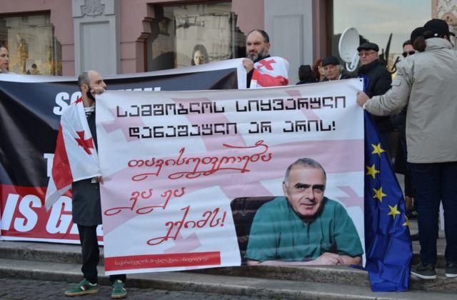 """Акция в Тбилиси в поддержку Гаприндашвили. Надпись на плакате c его изображениеv: """"Любовь к родине - не преступление! """"Свободу доктору Важе!"""""""