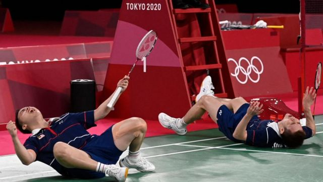 Soh Wooi Yik e Aaron Chia (à esquerda), da Malásia, comemoram medalha de bronze de badminton em duplas masculinas nos Jogos Olímpicos de Tóquio em 2020
