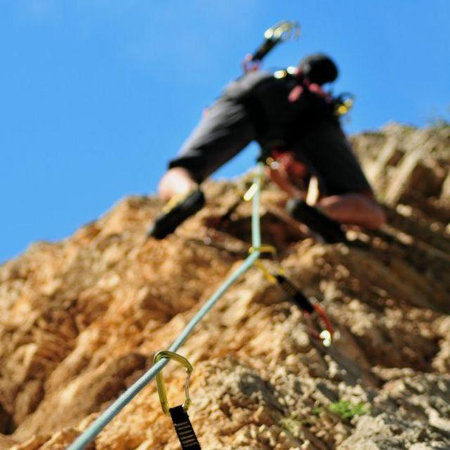 Mujer escalando