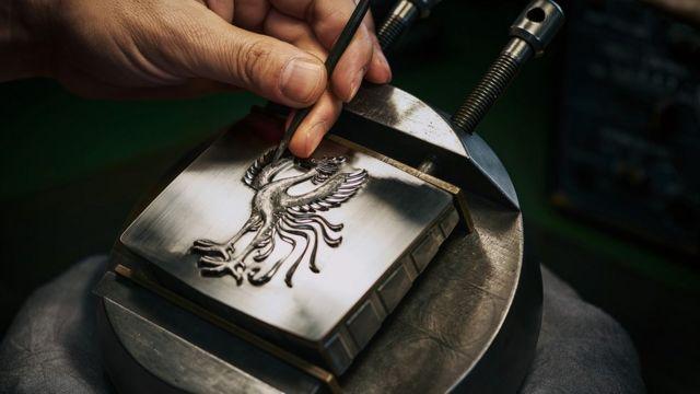 ساخت هر نشان ققنوس که روی جلوپنجره تویوتا سنچری قرار میگیرد بیش از شش هفته طول میکشد