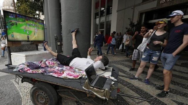 Бразильцы и туристы смотрят трансляцию Олимпиады на улицах Рио-де-Жанейро
