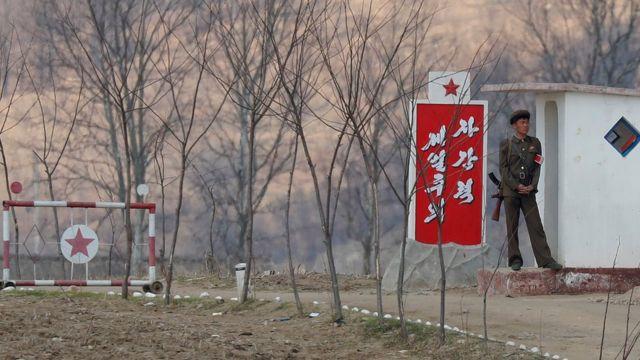 中朝邊境鴨綠江邊朝鮮設立的哨卡