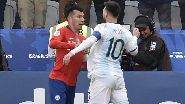 Choque Medel y Messi