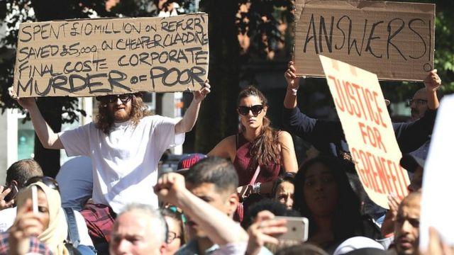 """متظاهرون غاضبون في لندن ولافتات تقول """"جريمة ضد الفقراء"""" وأخرى تقول """"نريد إجابات"""""""