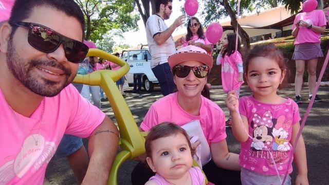 Jessika, o marido Rafael Bezerra e as filhas Eloah, de 2 anos, e Ágatha, de 1 ano