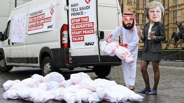 یک نمایش اعتراضی در برابر پارلمان بریتانیا در لندن. منتقدین سیاستهای بریتانیا در قبال یمن، دولت این کشور را متهم میکنند که در همدستی با محمد بن سلمان، ولیعهد عربستان سعودی در وضعیت انسانی یمن و کشته شدن غیرنظامیان، مسئولیت دارد