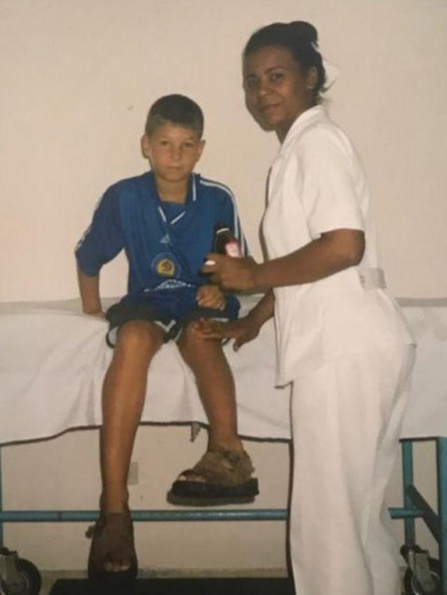 El ucraniano Roman Gerus en Cuba junto a una enfermera