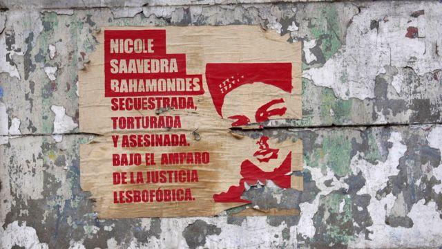 Poster con un dibujo de Nicole en el que se denuncia el crimen.