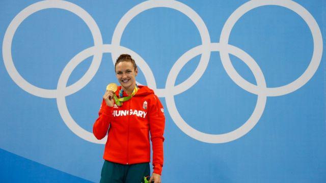 Katinka Hosszu con la medalla de oro de los 400 metros combinados de Río 2016.