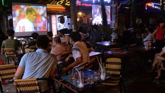 Khán giả theo dõi bóng đá tại một quán café, ảnh minh họa.