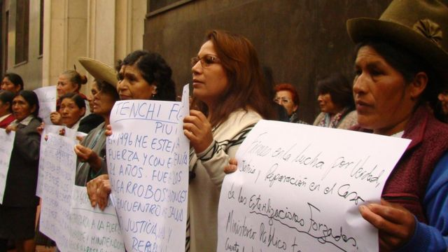 Víctimas de esterilizaciones forzadas protestan frente a la Fiscalía de Perú