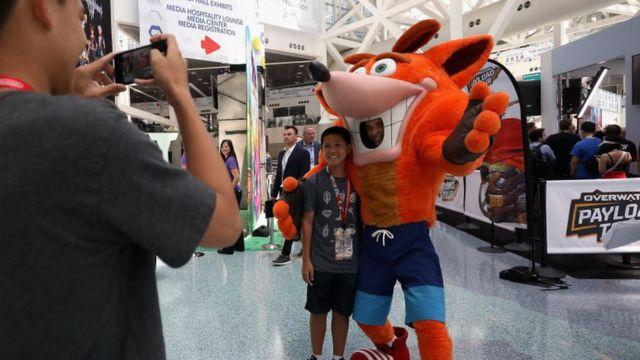 Hombre disfrazado del protagonista en Crash Bandicoot.