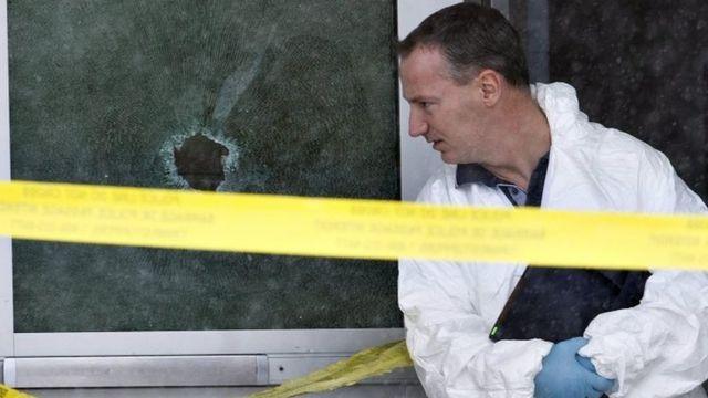 発砲のあったラロシュ地区の学校で捜査は続く