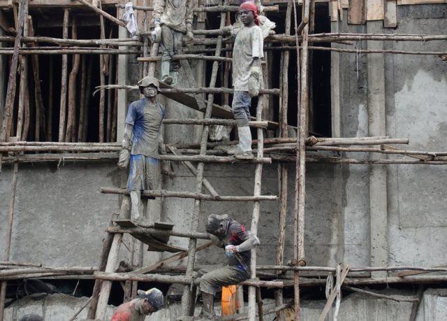 Wasu maza ma'aikata a wurin gine-gine da ke Goma, babban birnin arewacin Kivu, a gabashin Jamhuriyar dimukradiyar Congo a ranar 4 ga watan Afrilu na 2018.