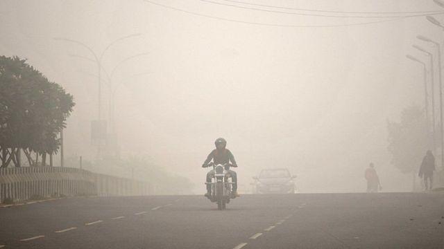 પ્રદુષણના કારણે માર્ગ પર છવાયેલા ધુમ્મસની તસવીર