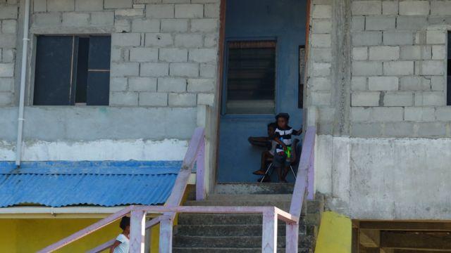 Niños frente al centro juvenil en el barrio Sofía.
