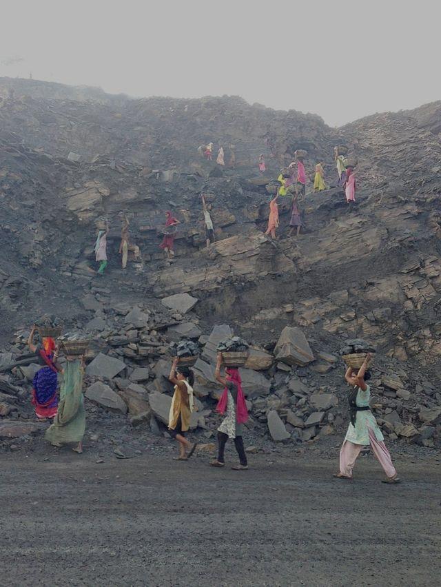 तड़के इस खदान के अंदर घुसकर कोयला निकालने के काम में लग जाती हैं ये महिला मज़दूर