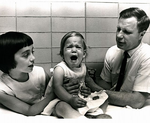 Jeryl Lynn con su hermana Kirsten, de un año de edad, cuando el doctor Robert Weibel le aplicó la vacuna contra las paperas que su padre había desarrollado.