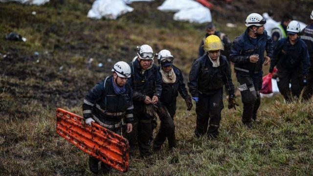 Rescatistas en el área del accidente de la aeronave