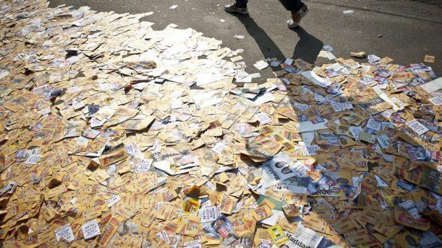Chão com propaganda eleitoral em São Paulo
