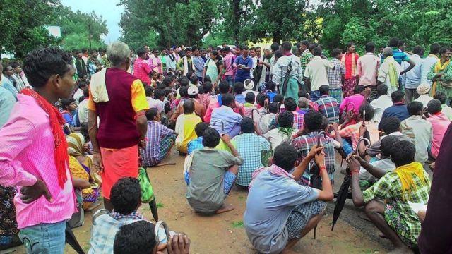 मुरिया आदिवासी सोनकू राम का परिवार और गांव वाले