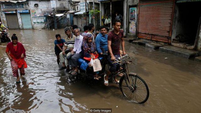Những người nghèo sẽ phải chịu gánh nặng không cân xứng của những tác động xấu nhất của biến đổi khí hậu, như lũ lụt