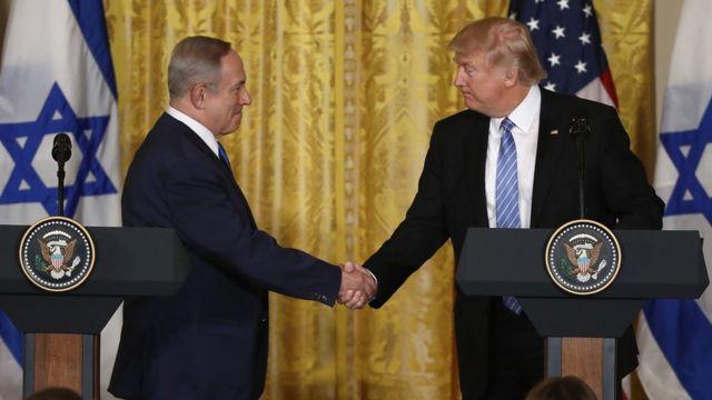 イスラエルのネタニヤフ首相(左)とトランプ米大統領(15日、ホワイトハウス)