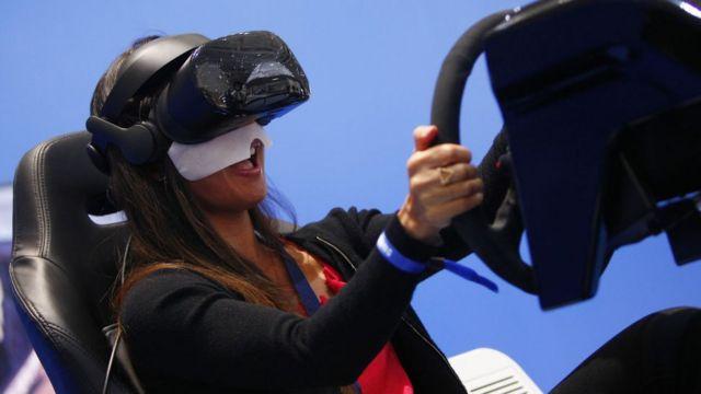 Mujer usando dispositivo de VR