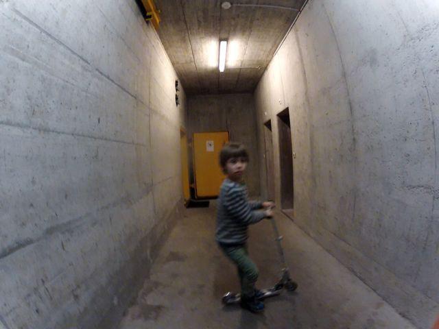 Каспер катается на самокате по коридорам миграционного центра, бывшего бомбоубежища. Март 2016 года, Швейцария