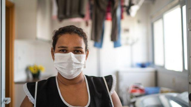 Doméstica com máscara de proteção contra o coronavírus