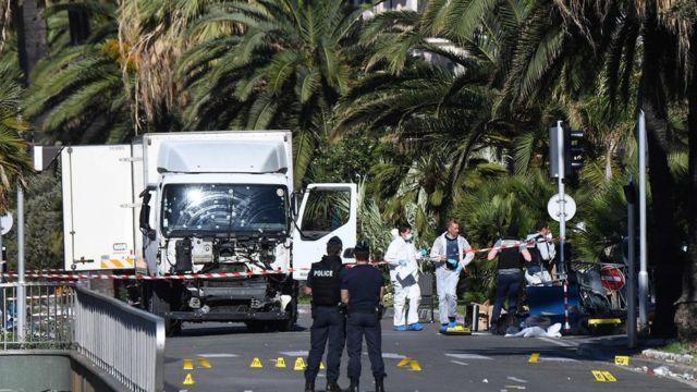 Полицейские и грузовик