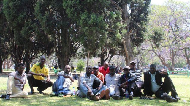 Bwana Dzamara (hagati) yatumye abandi bifatanya nawe mu myiyerekano yakogwa mu mahoro