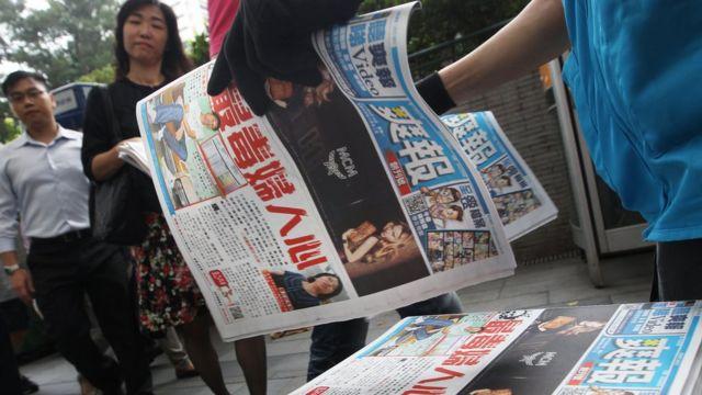 香港中环街头民众领取《爽报》创刊号(19/9/2011)