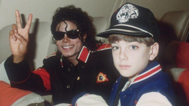 مايكل جاكسون مع جيمس سيفتشك (حين كان عمره 10 سنوات) في عام 1988