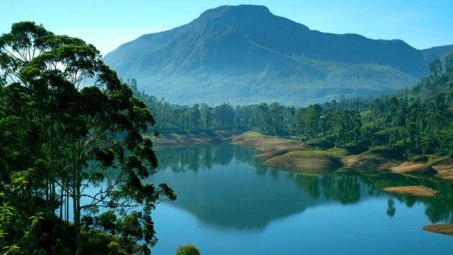 Paisaje de lago y montañas
