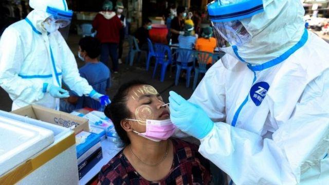 แรงงานชาวเมียนมาใน จ. สมุทรสาคร เข้ารับการตรวจหาเชื้อโรคโควิด-19