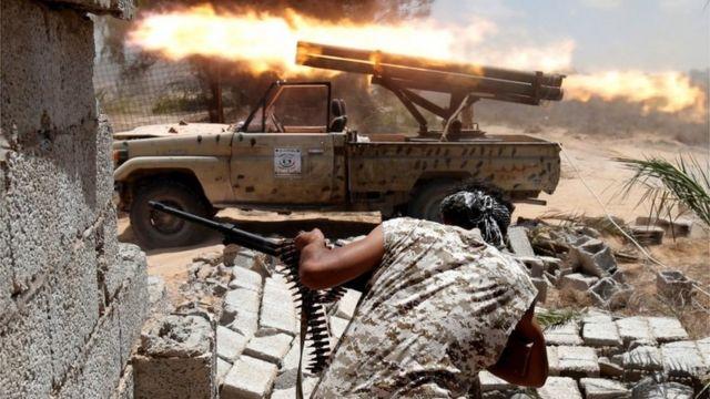 中部の要衝シルトでISと戦うリビア政府軍(先月21日)
