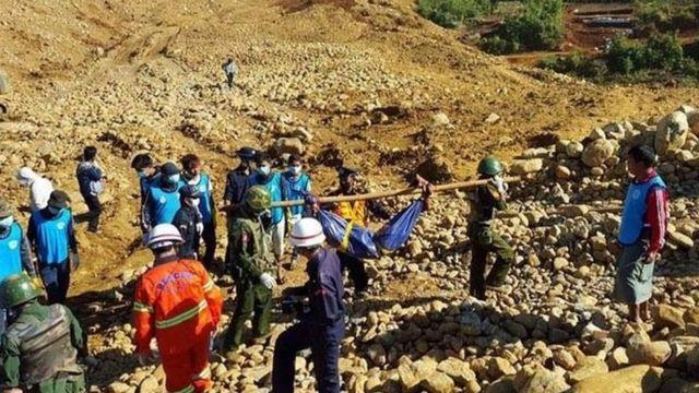 ミャンマー兵士らも救助に当たった(22日)