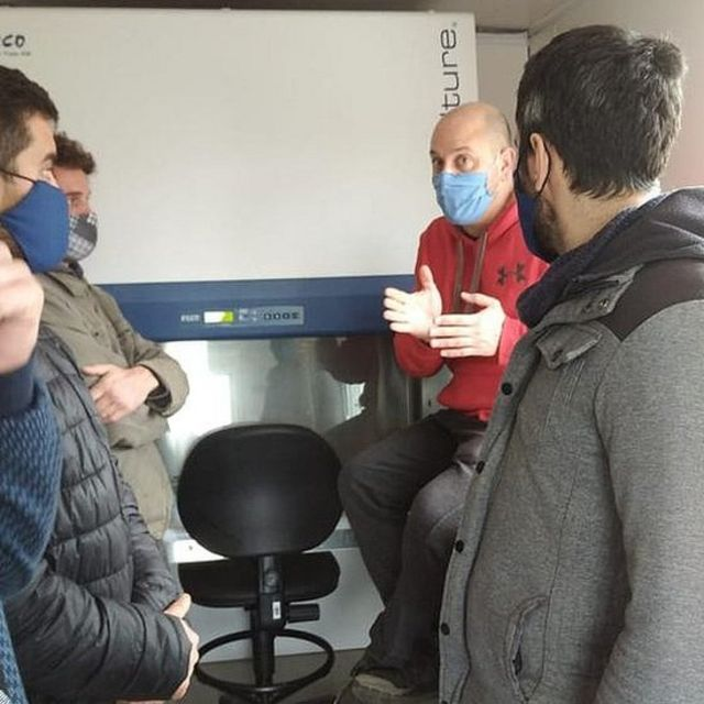 Moratorio dando una charla a jóvenes en un laboratorio en el departamento de Rocha