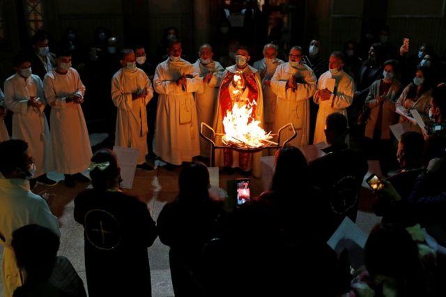 در عراق، مومنان به دور آتشی که برای مراسم مذهبی در کلیسای «مریم باکره» در بغداد افروخته بودند، گرد هم آمدند