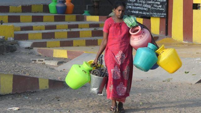Женщина с сосудами для воды